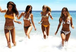 Девушки купаются в море
