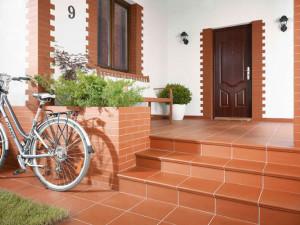 Плитка у входа в дом