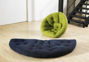 Бескаркасная мебель: диваны, кресла-мешки и декоративные подушки.