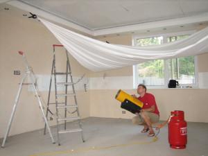 Почему стоит избегать непрофессионального монтажа натяжных потолков
