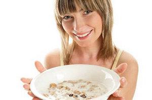 Девушка с тарелкой