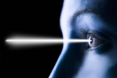 женский глаз с плохим зрением